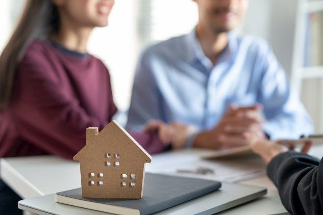 couple obtaining real estate advice.